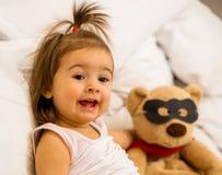 Meisje met stuk speelgoed super held stock afbeelding