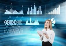 Meisje met tablet en blauwe grafieken Stock Foto