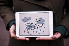 Meisje met tablet Frazee gaat naar Milaan Stock Foto's
