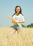 Meisje met tarweoor royalty-vrije stock afbeeldingen