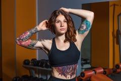 Meisje met tatoegeringen op geschiktheid Stock Fotografie