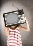 Meisje met televisie op haar hoofd stock foto