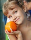 Meisje met tomaat stock fotografie