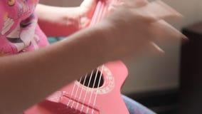 Meisje met Toy Guitar stock footage