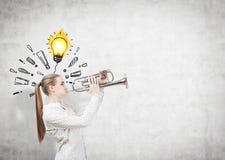 Meisje met trompet, bol en uitroeptekens Royalty-vrije Stock Afbeelding