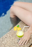 Meisje met tropische cocktail op de pool Royalty-vrije Stock Foto's
