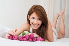 Meisje met tulpen Stock Foto's