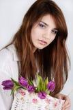 Meisje met tulpen stock afbeelding