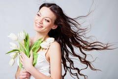 Meisje met tulpenbloemen Royalty-vrije Stock Afbeelding