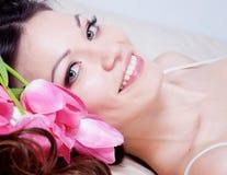 Meisje met tulpenbloemen Stock Afbeelding