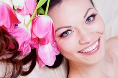 Meisje met tulpenbloemen Stock Fotografie