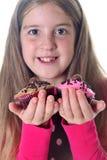 Meisje met twee cupcakes royalty-vrije stock afbeelding