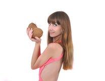 Meisje met twee kokosnoten ter beschikking Stock Foto
