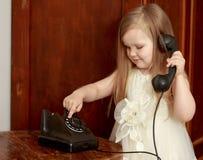 Meisje met uitstekende telefoon Stock Foto's