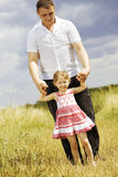 Meisje met vader Stock Afbeelding