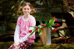 Meisje met van tulpen Stock Foto