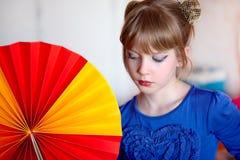 Meisje met ventilator Stock Afbeeldingen