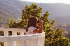 Meisje met verrekijkers in aard Royalty-vrije Stock Foto's