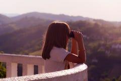 Meisje met verrekijkers in aard Stock Foto