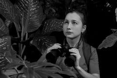 Meisje met verrekijkers in de wildernis royalty-vrije stock foto