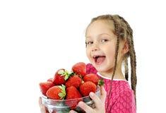 Meisje met verse aardbeien stock fotografie