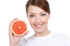 Meisje met verse grapefruit Royalty-vrije Stock Fotografie