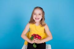 Meisje met verse groenten rode radijzen royalty-vrije stock fotografie