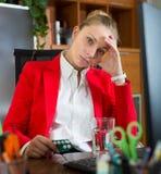 Meisje met verwarmingspijp en pillen op kantoor stock foto's
