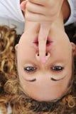 Meisje met vinger op mond Stock Afbeelding