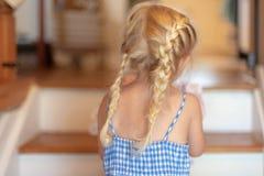 Meisje met vlechten die wasserij boven dragen Stock Afbeeldingen