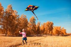 Meisje met vlieger stock foto