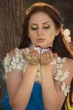 Meisje met vlinders Stock Afbeeldingen