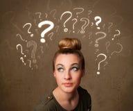 Meisje met vraagtekensymbolen rond haar hoofd royalty-vrije illustratie