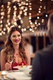 Meisje met vriend bij romantisch diner royalty-vrije stock afbeeldingen