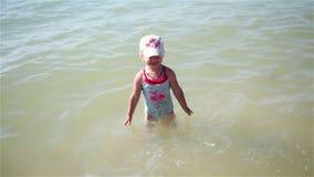Meisje met water in het overzees wordt gespoten die stock footage