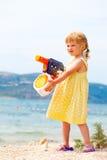 Meisje met waterkanon Stock Afbeeldingen