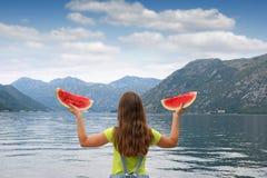 Meisje met watermeloen op een baai van vakantiekotor royalty-vrije stock afbeelding