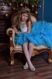 Meisje met weelderige blauwe kleding Stock Afbeeldingen