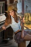 Meisje met westelijke hoed Stock Afbeelding