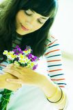 Meisje met wildflowerboeket Stock Foto's