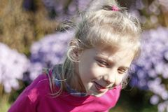 Meisje met wit haar glimlachen heldere achtergrond geen nadruk royalty-vrije stock afbeelding