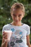 Meisje met yoghurt Stock Afbeelding