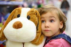 Meisje met zacht stuk speelgoed Stock Foto