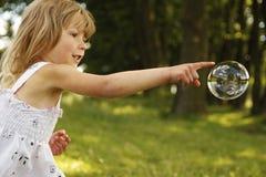 Meisje met zeepbels Stock Afbeelding