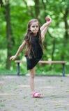 Meisje met zich het grote uitrekken stock fotografie
