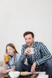 Meisje met zijn vader het drinken sap Royalty-vrije Stock Afbeeldingen