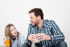 Meisje met zijn vader het drinken sap Royalty-vrije Stock Afbeelding