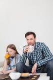 Meisje met zijn vader het drinken sap Royalty-vrije Stock Fotografie