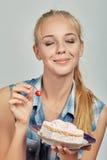 Meisje met zoet dessert Stock Afbeeldingen