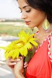 Meisje met zonnebloem dichte omhooggaand Royalty-vrije Stock Foto